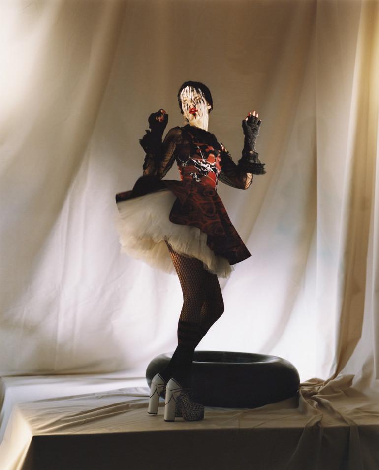 lili-sumner-valery-kaufman-alexandra-elizabeth-by-janneke-van-der-hagen-for-garage-magazine-spring-summer-2016-13